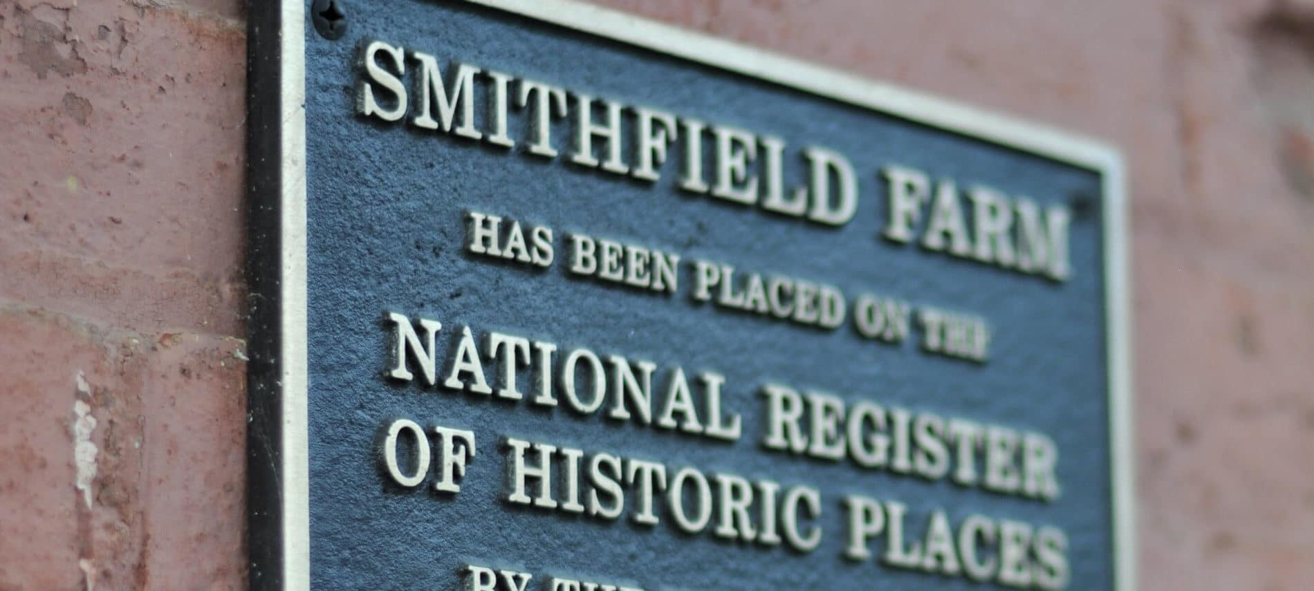 Green plaque saying that Smithfiled Farm is a historic place